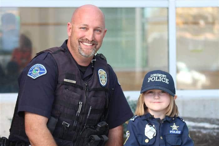 Bé gái 4 tuổi tặng heo tiết kiệm cho viên cảnh sát chữa bệnh hiểm nghèo