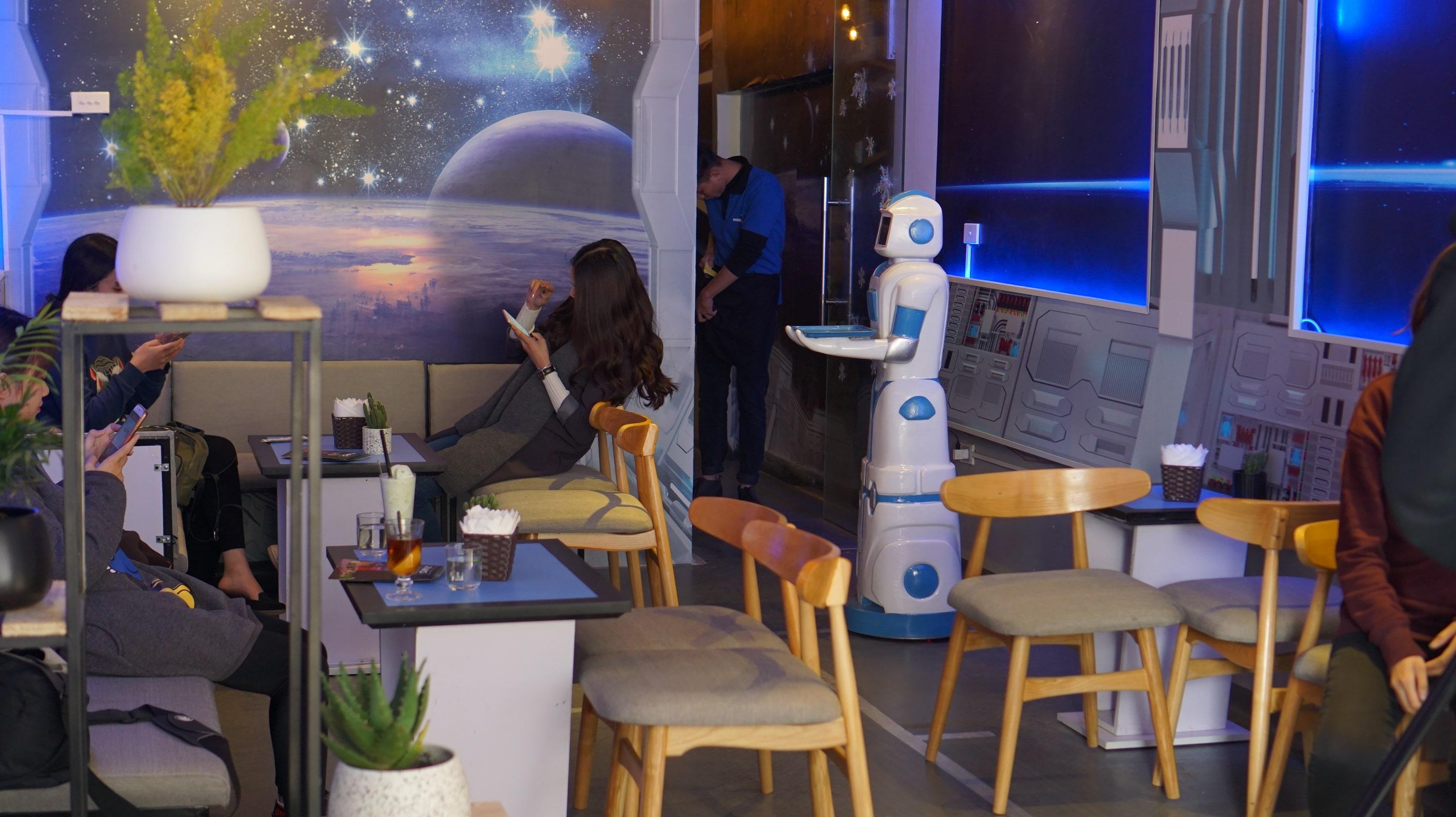 Robot Cafe, Robot vào phục vụ bàn trong quán cà phê đầu tiên ở Việt Nam