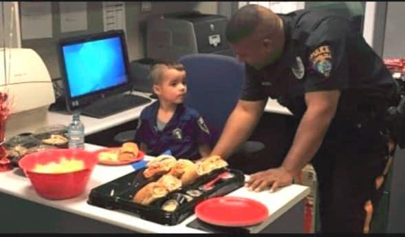 Cậu bé 5 tuổi dùng tiền tiết kiệm 7 tháng mời cảnh sát ăn trưa và nhận lại điều bất ngờ