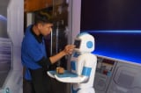 Robot vào phục vụ bàn trong quán cà phê đầu tiên ở Việt Nam