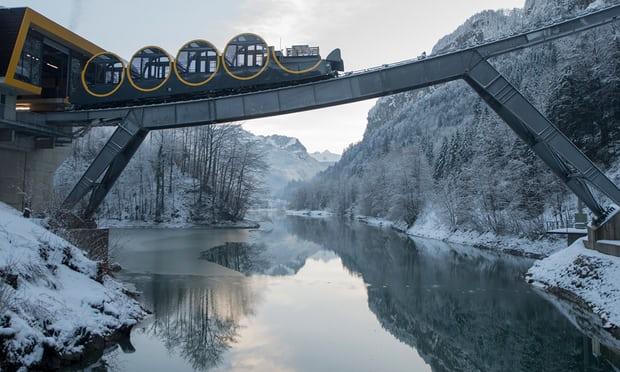 Thụy Sĩ: Tuyến đường sắt dốc nhất thế giới với toa tàu luôn nằm ngang
