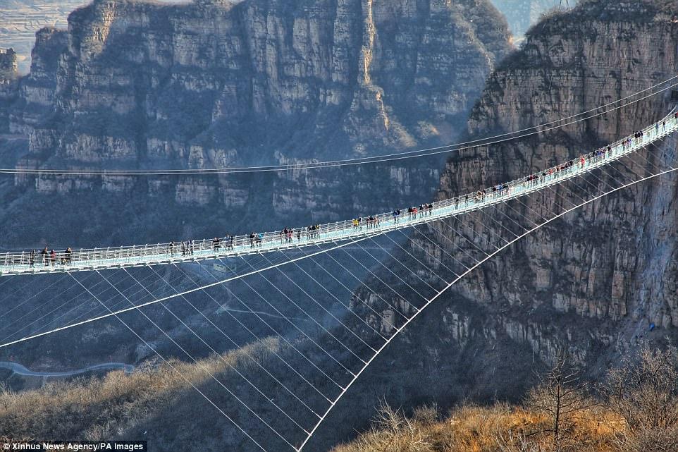 Cầu đáy kính, cầu treo, Trung Quốc, Khai trương cầu treo đáy kính dài nhất thế giới ở độ cao 230 mét