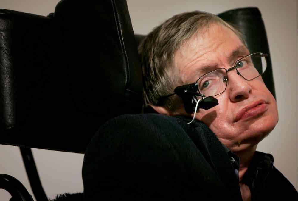 Vì sao Stephen Hawking bị bệnh teo cơ mà vẫn sống sót hơn 50 năm?