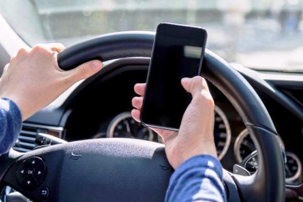 sử dụng điện thoại lái xe ô tô