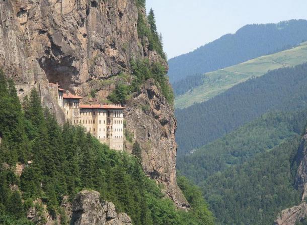 10 công trình chênh vênh trên vách đá của thế giới cổ đại