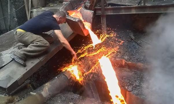 'Siêu nhân Armenia' dùng tay không chạm vào dòng kim loại đang nóng chảy