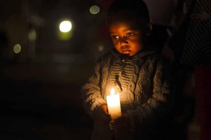 em bé cầu nguyện, 3 mẩu chuyện khiến nhiều người suy ngẫm: Ngọn nến của gia đình nghèo