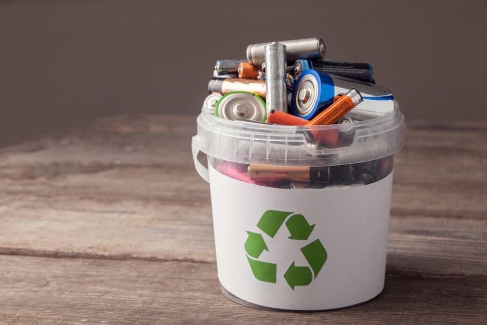 Vì sao không được vứt pin đã qua sử dụng vào thùng rác?