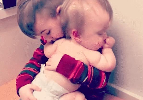 anh trai ru em ngủ