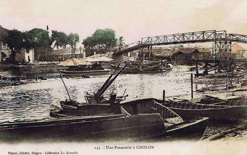 Cầu Xóm Chỉ cạnh Kênh Tàu Hủ - Bến Bình Đông tại khu vực Chợ Lớn xưa.