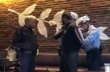 Starbucks: CEO xin lỗi, Chủ tịch thấy 'xấu hổ', sẽ 'dạy dỗ' lại nhân viên