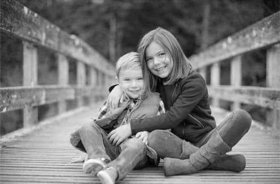 Hành động nhỏ của chị gái khiến em trai thề bảo vệ chị suốt đời