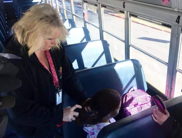 Người lái xe buýt tết tóc mỗi ngày cho cô bé mồ côi mẹ