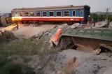 Tàu chở 400 khách bị lật, 2 người tử vong, 9 người bị thương