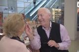 Cụ ông 84 tuổi học trang điểm để làm đẹp cho người vợ mù