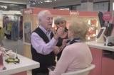 cụ ông 84 tuổi vào cửa hàng trang điểm