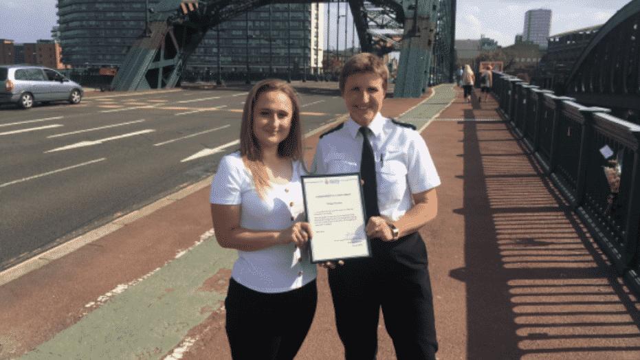 Cô gái Anh cứu 6 mạng sống với những 'ghi chú chân thành' trên cầu
