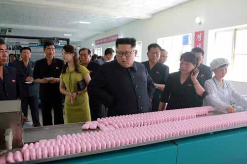 Ong Kim Jong-un tham nha may my pham