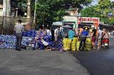 Bình Dương: Người dân gom bia bị đổ xuống đường giúp tài xế