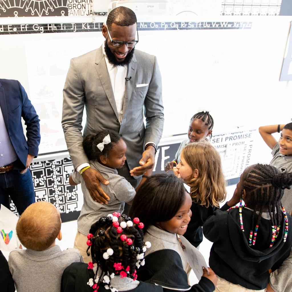 Cầu thủ bóng rổ nổi tiếng mở trường học cho trẻ nghèo ở Mỹ