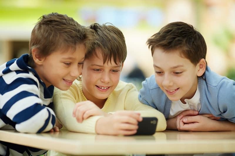 điện thoại di động, trẻ xem điện thoại,  trẻ xem TV