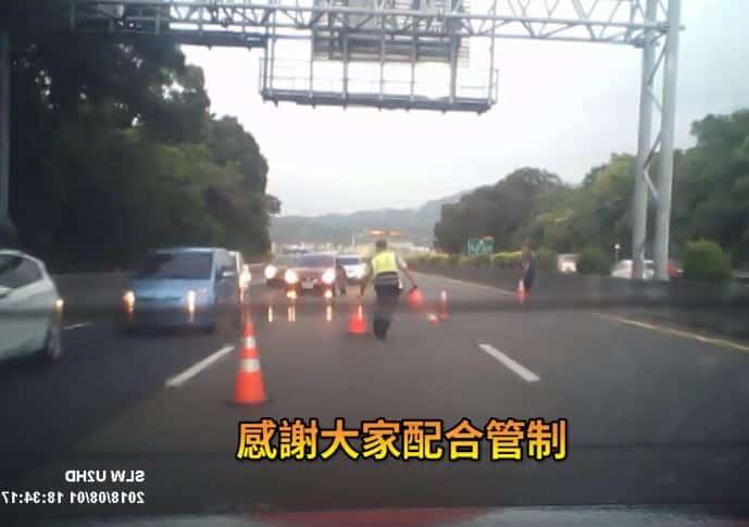Cảnh sát Đài Loan bế cụ bà 84 tuổi ra khỏi đường quốc lộ