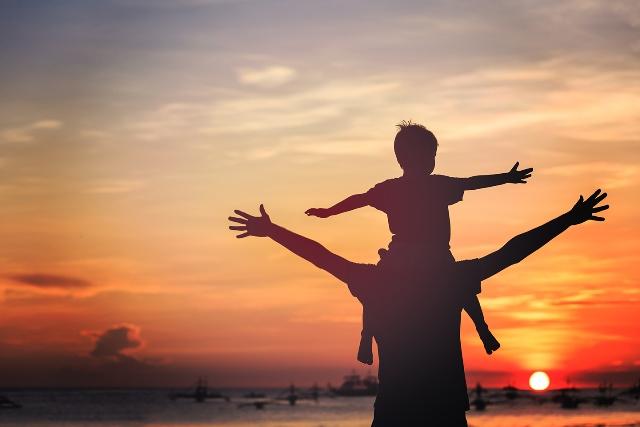 Cảm động người cha nhảy lầu cao 4m làm nệm đỡ lấy con trai
