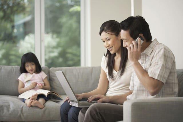 Nhiều trường hợp trẻ chết vì bố mẹ mải chơi điện thoại
