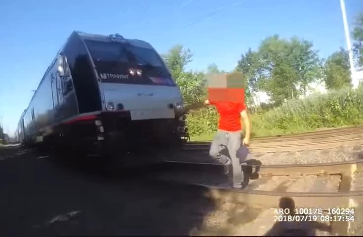 Cảnh sát Mỹ chạy nước rút ngăn cản xe lửa để cứu người