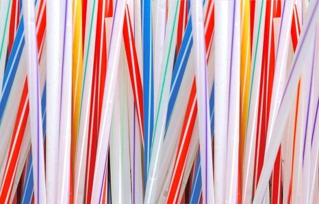 Hàng trăm nhà hàng ở New York dừng sử dụng ống hút nhựa
