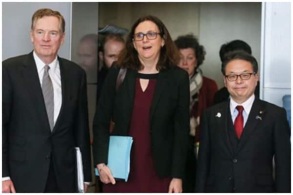 Ủy viên thương mại châu Âu Cecilia Malmstrom (giữa), Đại diện thương mại Mỹ Robert Lighthizer (trái) và Bộ trưởng kinh tế Nhật Bản Hiroshige Seko dự một cuộc họp tại trụ sở Ủy ban châu Âu ở Brussels, ngày 10/3/2018.