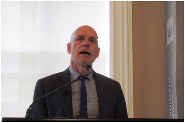 """Giáo sư Úc Clive Hamilton phát biểu về cuốn sách """"Cuộc xâm lược Thầm lặng"""" trước khán giả tại Viện Macdonald-Laurier ở Ottawa hôm 16/10. (Ảnh: Donna He/Epoch Times)"""