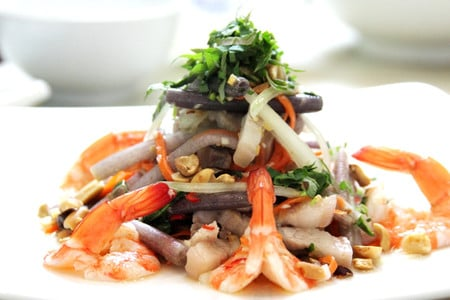 Người Việt có nhiều món ăn được chế biến từ các loại hoa như: bông bí, bông điên điển, bông sen, hoa thiên lý, v.v..