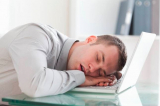 """8 cách để thoát khỏi tình trạng """"lờ đờ"""" tại sở làm sau bữa ăn trưa"""