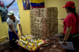 Quan chức Venezuela cấu kết với thương nhân rút ruột tiền trợ cấp cho dân