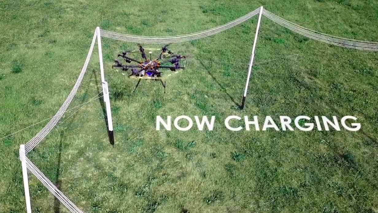 Máy bay drone chỉ cầu bay vào trong khu vực sạc vài phút để nạp đầy pin (ảnh: GET)