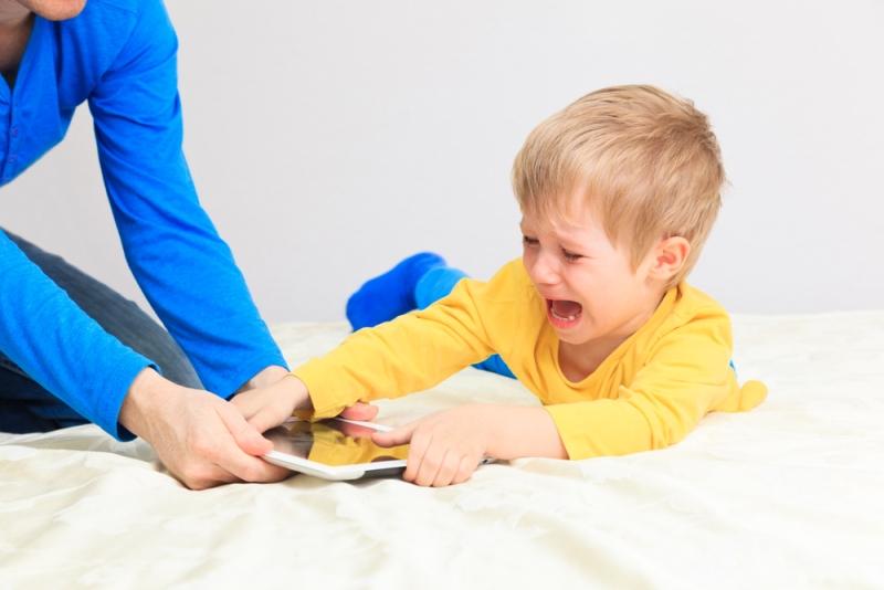cho con chơi iPad