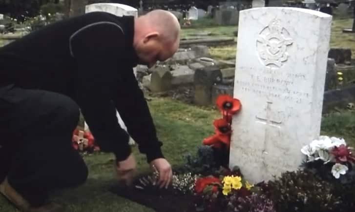 Người đàn ông Anh hơn 25 năm chăm sóc phần mộ của người lính Úc xa lạ