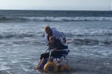 Bà cụ 90 tuổi bật khóc được 'chạm vào' biển