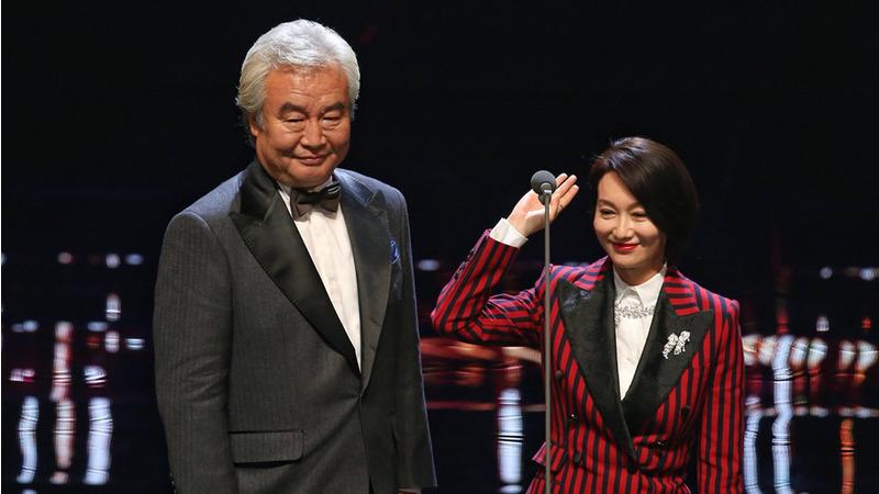Nam diễn viên chính xuất sắc nhất Tumen (trái) và nữ diễn viên chính xuất sắc nhất Huệ Anh Hồng (Hui Yinghong, phải) của giải Ngựa Vàng năm ngoái cùng nhau lên trao giải năm nay. (Ảnh: Internet)