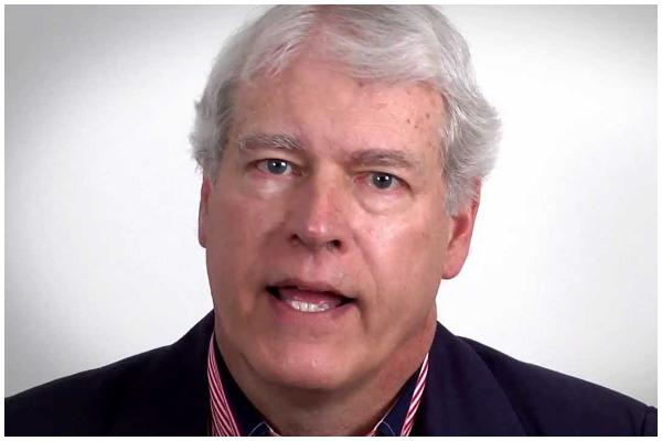 """Tiến sĩ Mark Hendrickson, giáo sư trợ giảng kinh tế tại Đại học 'Grove City College, Tác giả của nhiều cuốn sách, bao gồm cuốn: """"Bức tranh lớn: Khoa học, Chính trị và Kinh tế của biến đổi khí hậu""""."""