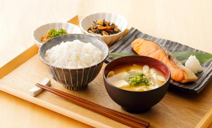 Người Nhật và văn hóa đũa, uống nước trong khi ăn