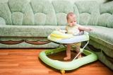"""""""Xe tập đi"""" của bé mà cha mẹ thường mua có lợi hay hại?"""