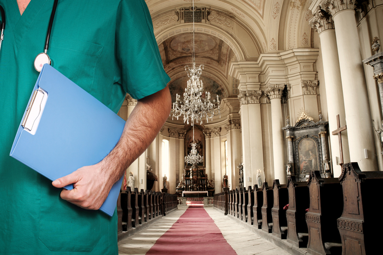 Hơn một nửa các bác sĩ được khảo sát tham dự các hoạt động tôn giáo tối thiểu một lần mỗi tháng (ảnh qua cathnewsusa.com)