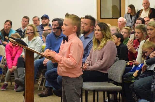 Cậu bé 9 tuổi thuyết phục thành công hội đồng thị trấn thay đổi luật
