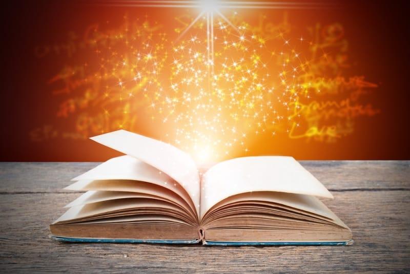Những cuốn sách và giỏ đựng than