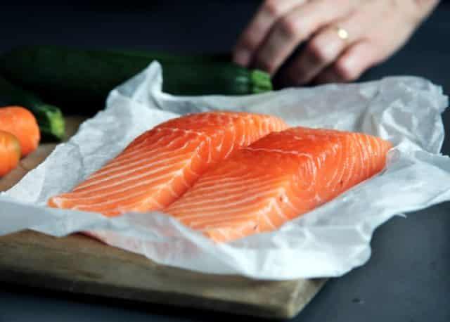 Làm thế nào để nướng cá hồi và tôm mà không bị dính vào vỉ?