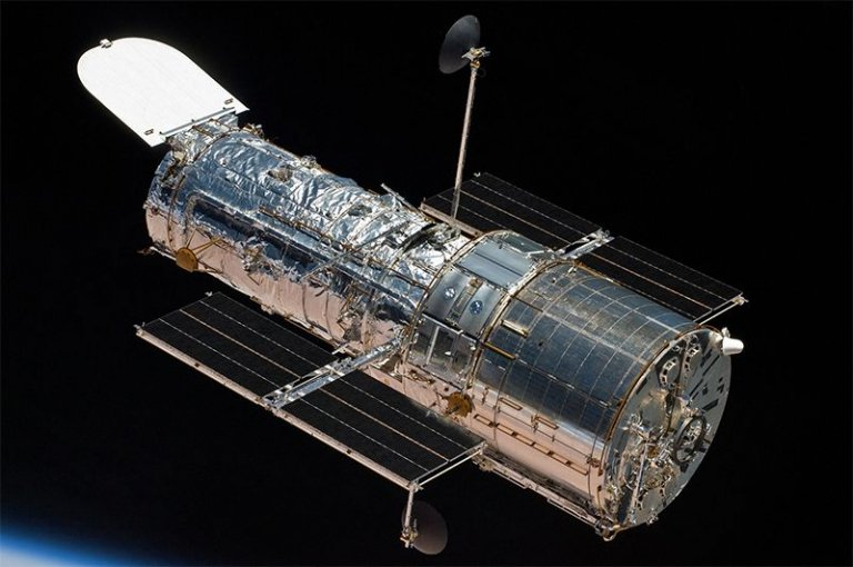Kính viễn vọng Hubble phóng lên năm 1990 (ảnh: NASA)