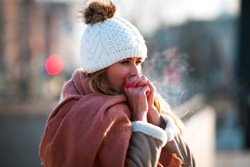 Vì sao tay chân lạnh vào mùa đông? Cách điều hòa làm ấm cơ thể