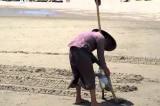 """Bà cụ và """"một việc nhỏ"""" trên bãi biển"""